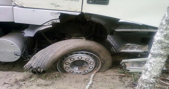 W Niemczech przewróciła się ciężarówka z ładunkiem prowadzona przez Białorusina – pękło koło